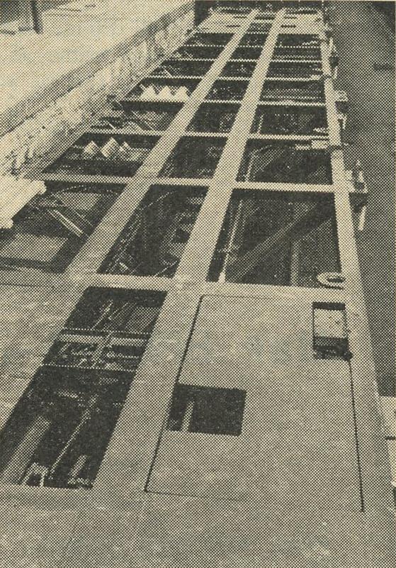Gli appositi carri-telai su cui vengono posati i contenitori