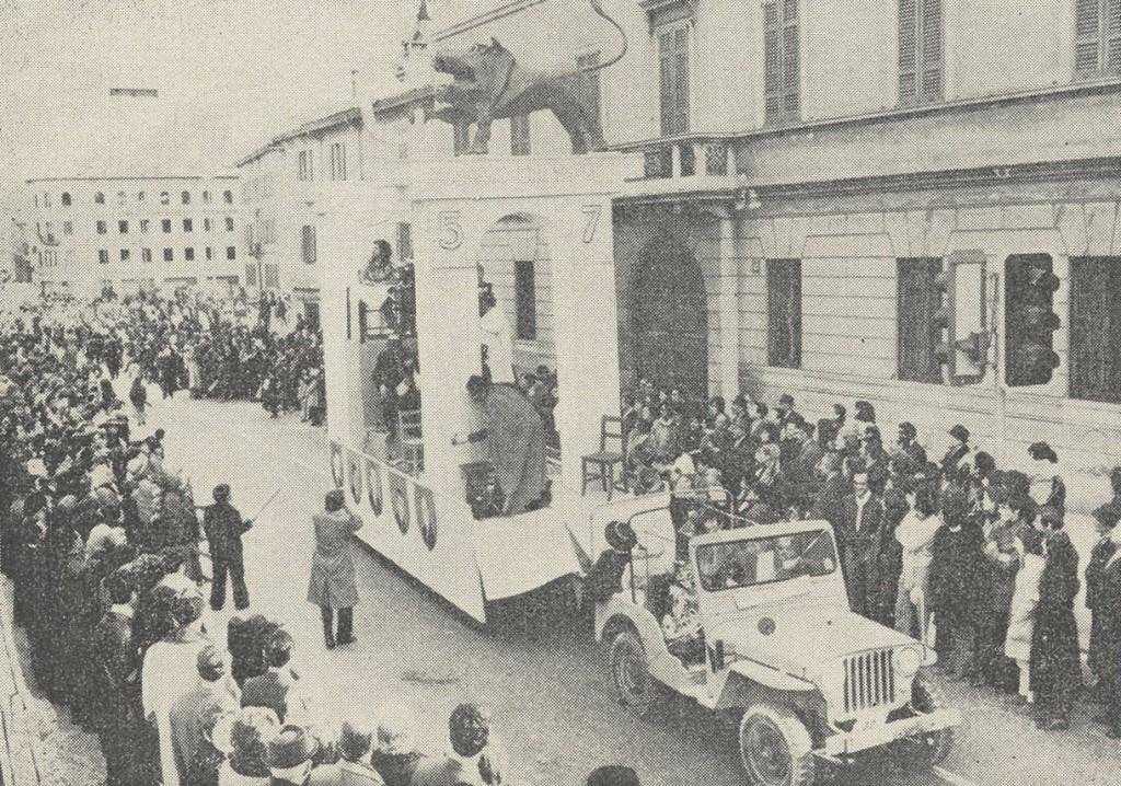 """""""5-7 o 7-5, Il teatro dei burattini"""", il carro satireggiava le due votazioni avvenute a Chiasso, a breve distanza l'una dall'altra sul numero dei municipali: la prima per ridurne il numero da undici a cinque, e la seconda per aumentarne il numero da cinque a sette"""